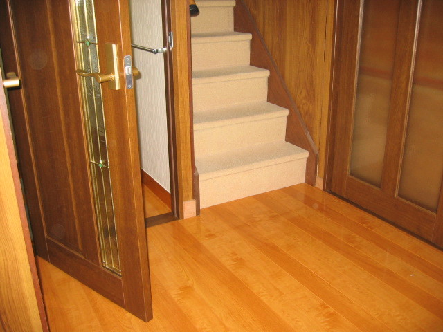施工後 玄関廊下⇔2階階段 床貼り/建具ドア取替