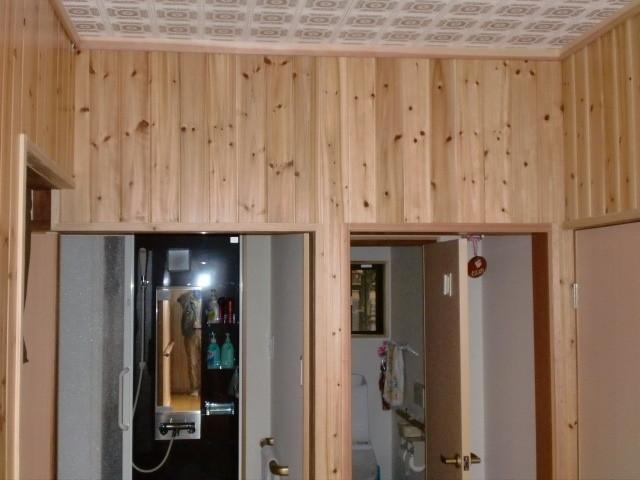 施工後 玄関・廊下 壁 無垢杉板クリア仕上げ (節あり)④