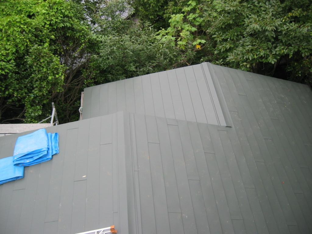 屋根ガルバリュウム鋼板貼り施工 (横葺き)②