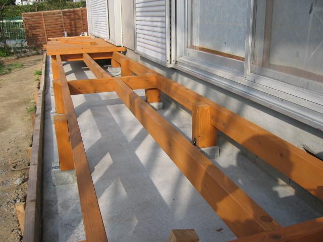 施工中 床の支えとなる骨組み施工
