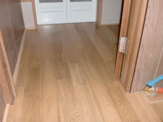 施工後 廊下 ⇒ 洗面 床:ナラ無垢フローリング仕上