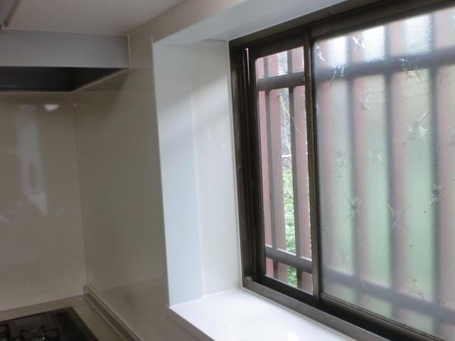 施工後 出窓キッチンパネル貼り