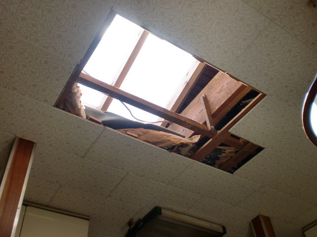施工中 灯り取り 室内天井 開口