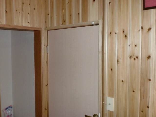 施工後 玄関・廊下 壁 無垢杉板クリア仕上げ (節あり)⑥
