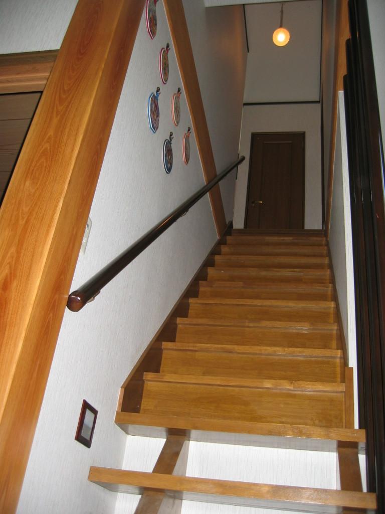 1階階段↑ ケヤキ6寸柱