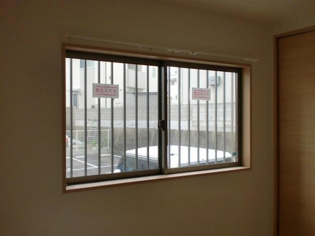 洋室 面格子付引違い窓 1690*900