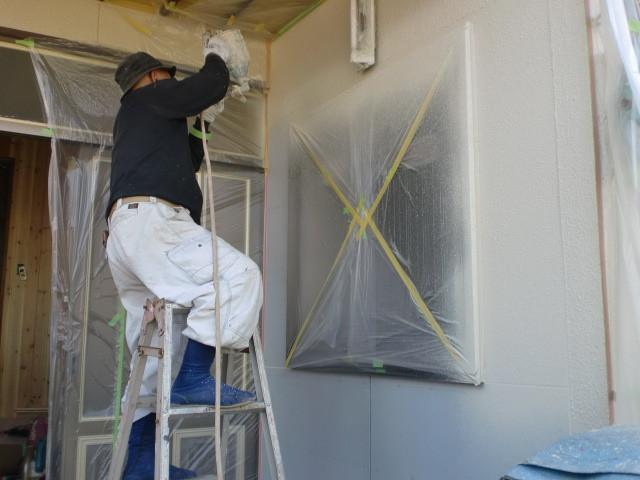 施工中 外壁 吹き付け塗装仕上げ