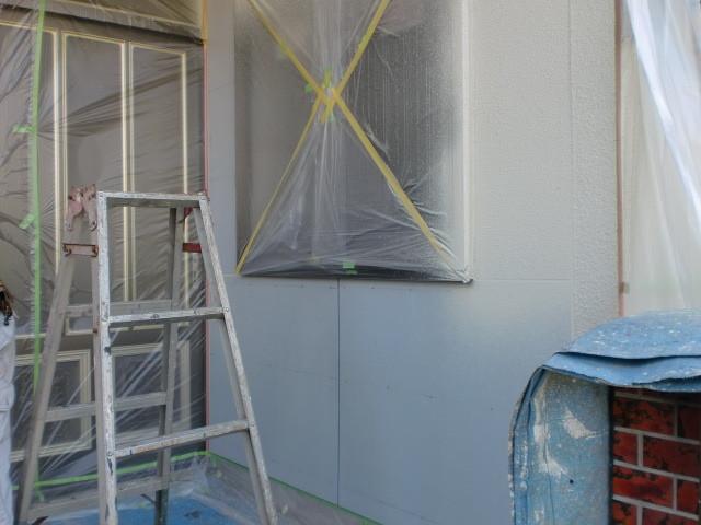 施工中 外壁 吹き付け塗装仕上げ 養生 1日