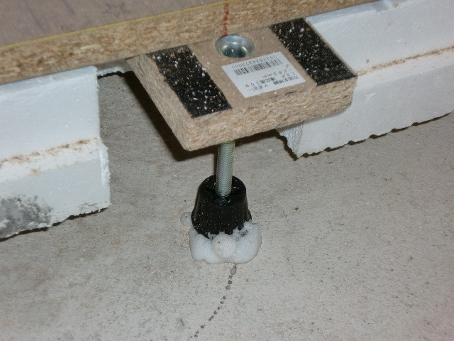 施工中 束 脚部  専用接着材 固定