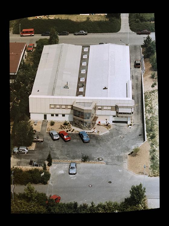Luftaufnahme des ersten eigenen Firmengebäudes (80er Jahre)