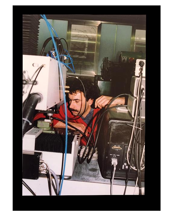 1993: Unser Fertigungsleiter Herr Häfele bei der Beschriftung von Teilen