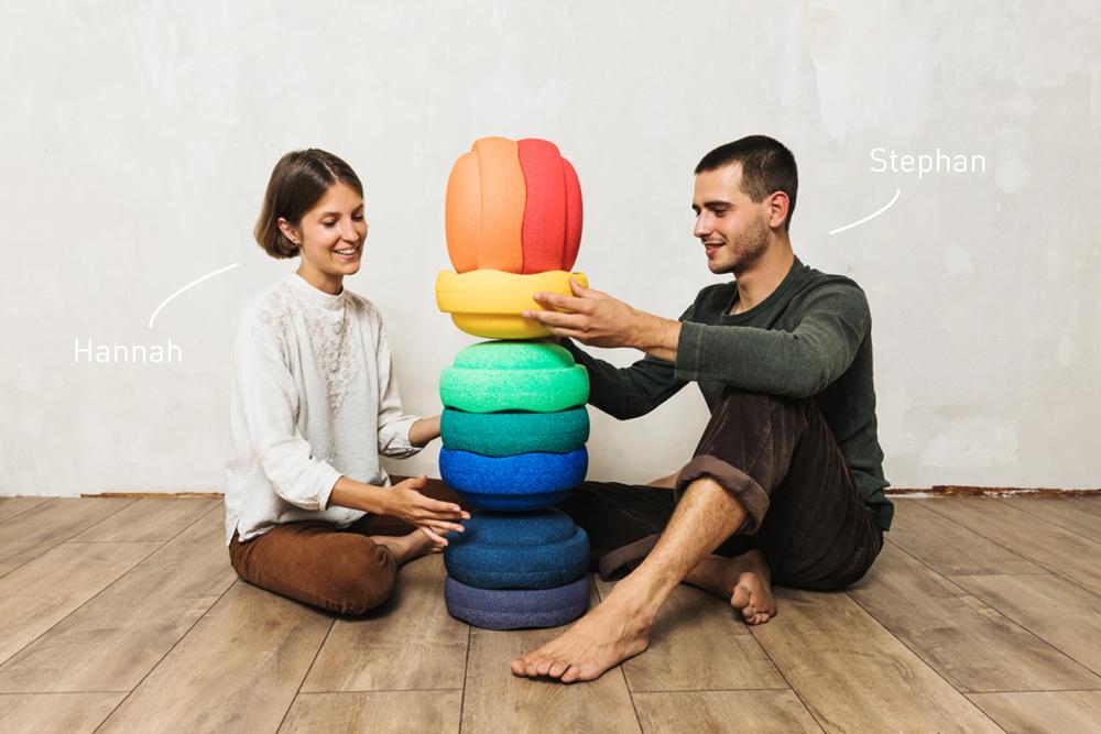 Stephan und Hannah bauen gemeinsam einen Stapelsteinturm