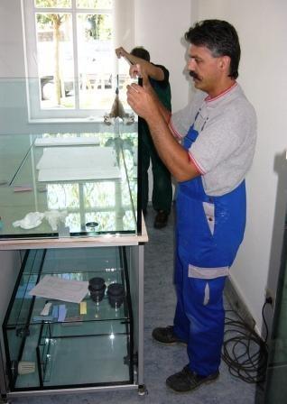 Bild: Zusammenstellen der Aquarienscheiben für ein 3.100l-Aquarium