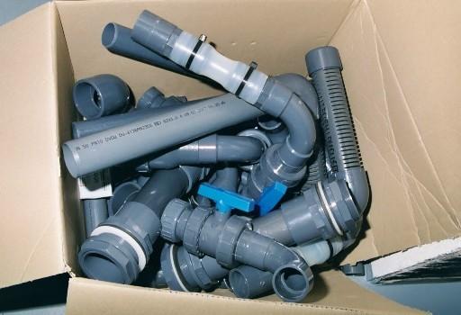 Zwischenzeitlich konnte mit der Montage der Technik begonnen werden. Hier ein paar vormontierte PVC-Rohrgruppen.
