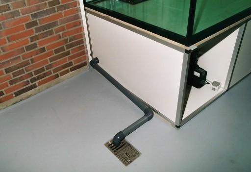 Abflussleitung für den automatischen Wasserwechsel. Diese ist übrigens nicht unsauber hergestellt, sondern hat lediglich das gewünschte Gefälle.