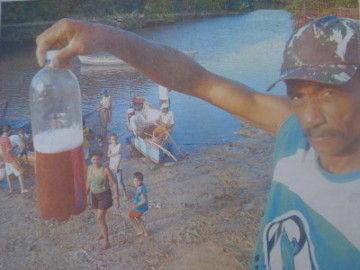 O presidente dos pescadores da colônia Z33 apresenta uma prova de água contaminada
