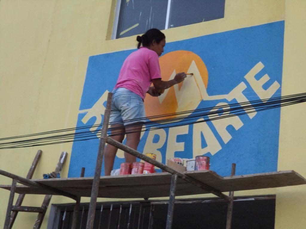 Tatiana bemalt die Fassade
