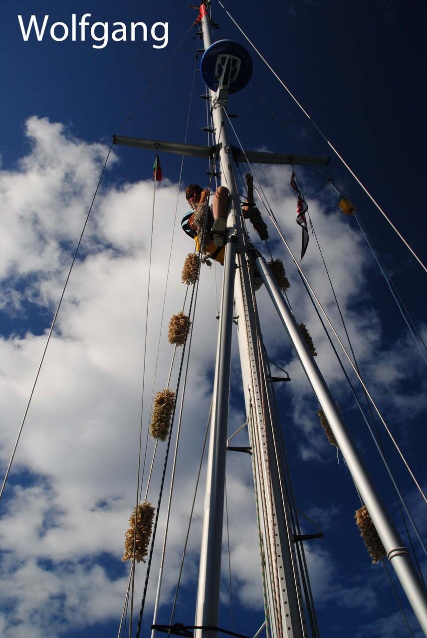 Wolfgang liebt die Aussicht von oben, es werden Tausendfüssler angebaut (schonen die Segel)