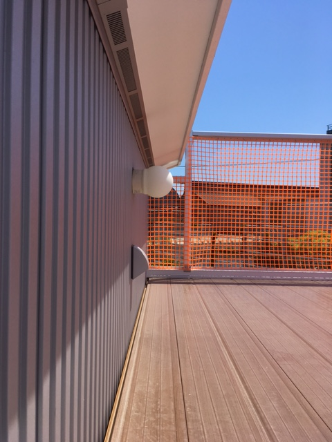 屋上デッキのネットフェンス越しの眺め