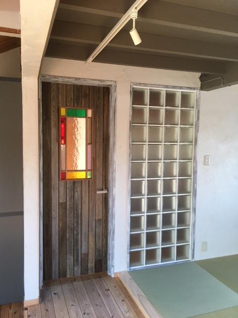 2階入り口扉~廃材を貼りあわせ製作、ステンドグラスもビンテージ物