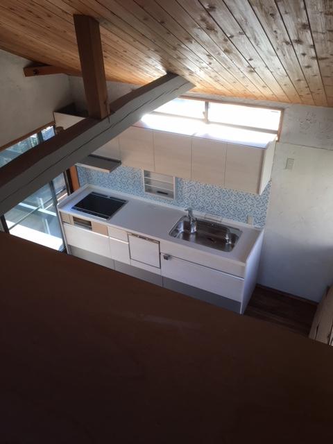 2Fキッチンを屋根裏部屋(寝室)から見る