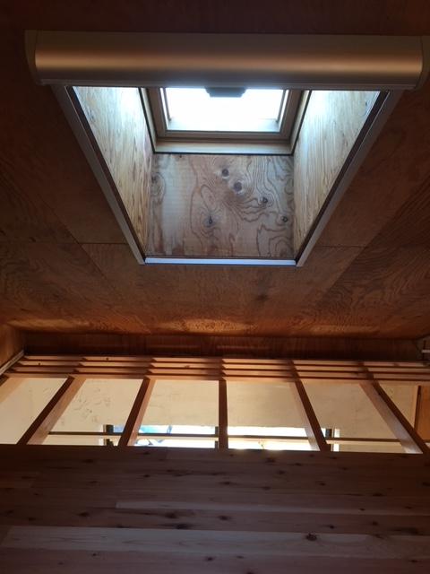 屋根裏部屋(寝室)よりトップライトを見る