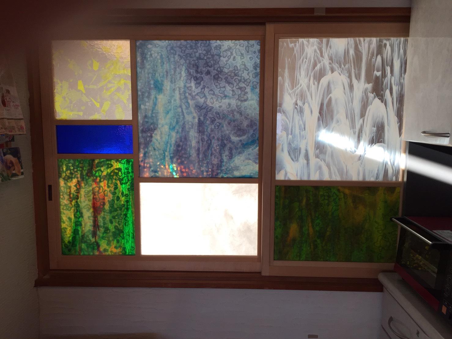 2Fキッチン窓(ステンドガラスから朝陽が)
