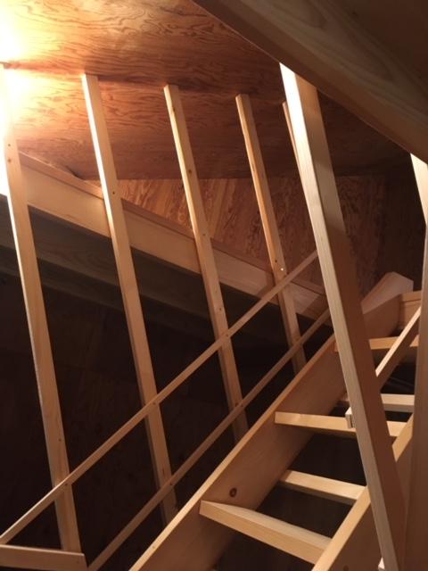 屋根裏部屋(寝室)につづく階段と落下防止柵