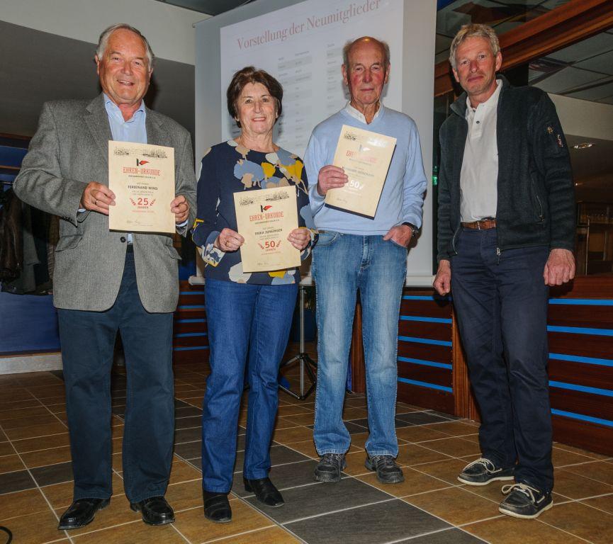 Geehrt werden für langjährige Mitgliedschaft bei den Kressbronner Seglern (v.l.) Ferdinand Wind, Erika Junginger, Bernhard Heinemann vom 1. Vorsitzenden Stefan Ring.