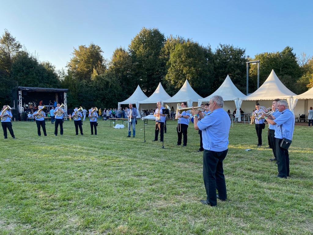 Der Musikverein Frohsinn Norf spielt auf dem Festplatz.