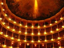 Digollado劇場で本番。伝統的なヨーロッパ式の素晴らしい国立劇場。