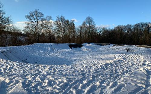 Pumptrack von Schneedecke eingehüllt