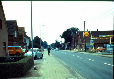 Strohausen,Lange Straße, rechts ehemalige Tankstelle, heute Rechtsanwalt Wollgam, dahinter Stellmacher August Brunken und Schmiedemeister Georg Frerichs, auch mit ehemaliger Tankstelle  (Juli 1971))Str