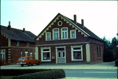 Strohausen,Lange Straße  (Juli 1971)  links früher Uhrmacher Davids, rechts Schuhmacher Wedelich