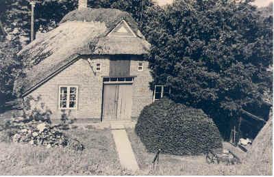 Eigentümer Suhr, Pächter Mahnkopf, im Hause noch Landwirtschaft, mit Brenntorf vorm Hause. War beim WSA Leuchtturmwärter Weserfeuerschiff