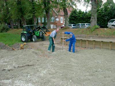 Bei der Arbeit immer die selben Mitglieder des BVS. Hier Onno Ficke, Klaus Boyksen und Manfred von der Lieth in seinem grünen Lieblingsspielzeug.