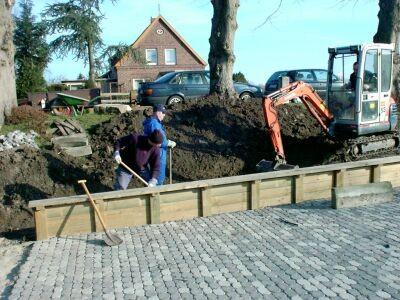 Für die Pflasterung der Drift mussten Vorarbeiten für Split und Sand gemacht werden