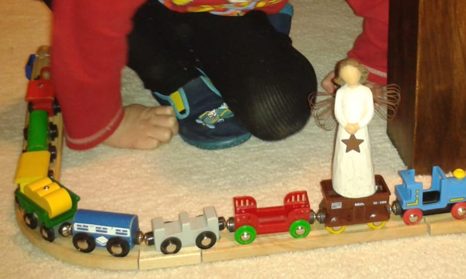 Danach ging es in die Stube, um dort unzählige Runden mit der Holzeisenbahn zu drehen.  War mal was anderes!