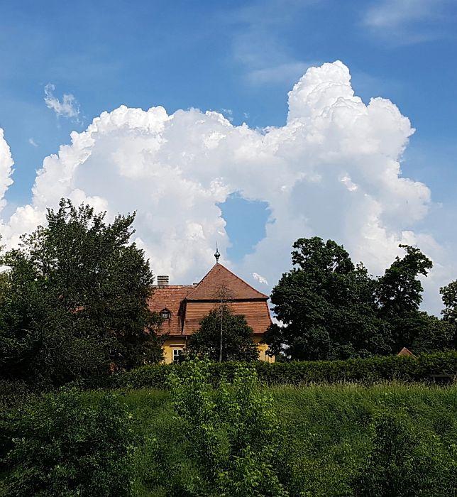 Schloß Marchegg zum Eingang der Storchenkolonie Marchegg, hier mit einem Himmelstor