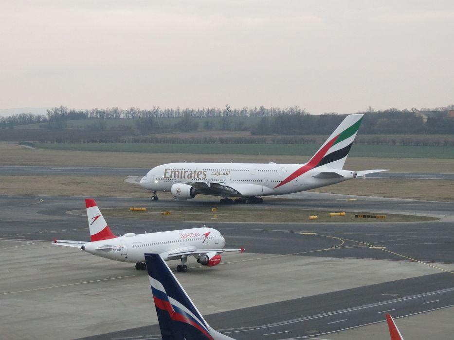 Die Linienflugzeuge in der normalen Größe erscheinen wie Kinderspielzeug gegen den Jumbo
