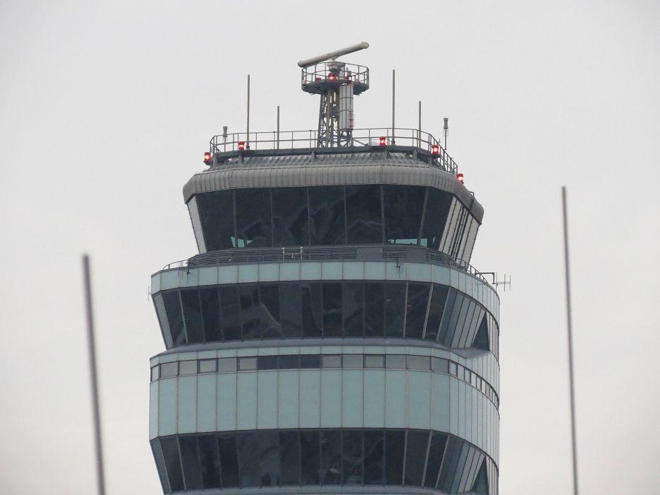 Ohne den Tower läuft nichts. Hier läuft alles zusammen. 7 Flugzeuge stehen in Schlange um starten zu können, andere landen dazwischen. Da ist einiges zu tun