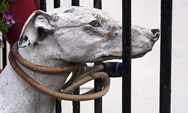 Skulptur angeketteter Hund Blog Hundephysiotherapie Heike Amthor in Leipzig Stötteritz