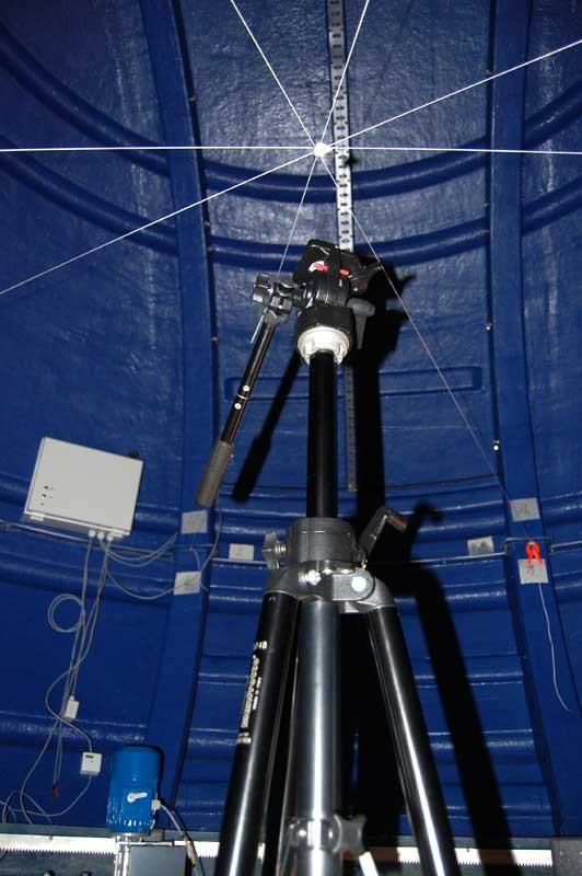 Hodet på fotostativet ble innstilt nøyaktig 1923 mm over betongsålen. Dette er teleskopmonteringens rotasjonsentrum. Lasermålinger ble tatt for å konstatere at teleskopet kommer ikke til å treffe motoren nær senit.