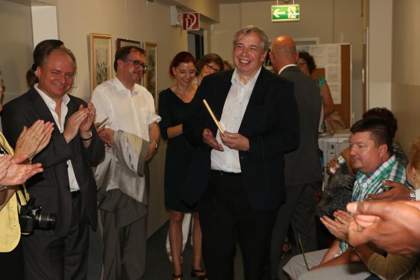Pfarrer Carsten Rostalsky hält die Laudatio auf Pfarrer i. R. Hans Blum