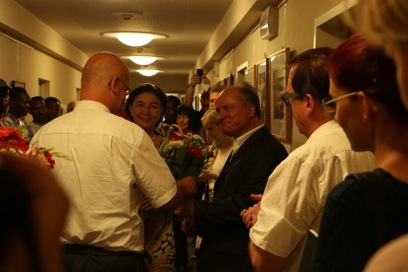 Landrat Stephan Loge bedankt sich bei Mathias Tretschog, Initiator der Ausstellung