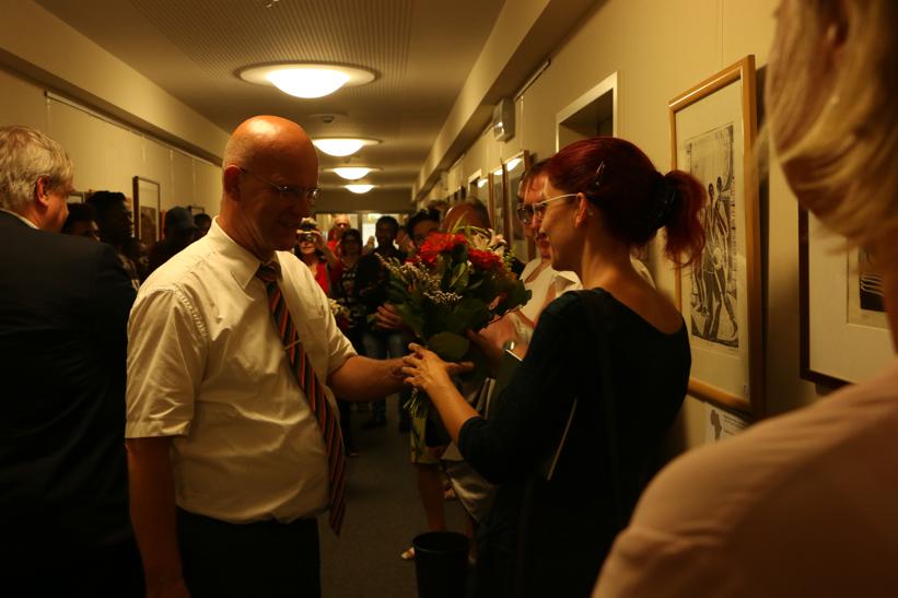 Landrat Stephan Loge dankt Ministerin Diana Golze für ihren spontanen Besuch bei der Ausstellung
