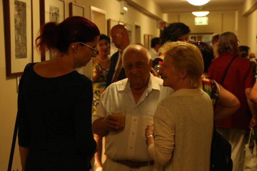 Pfarrer i. R. Hans Blum im Gespräch mit der Ministerin Diana Golze und einer Besucherin