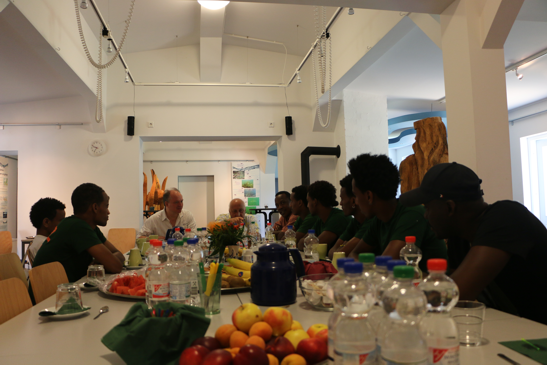 Unsere Gastgeberin Christine Schilling vom KiEZ Hölzerner See hat für alles gesorgt, Getränke, frisches Obst und zum Abschluss ein gemeinsames Mittag essen!