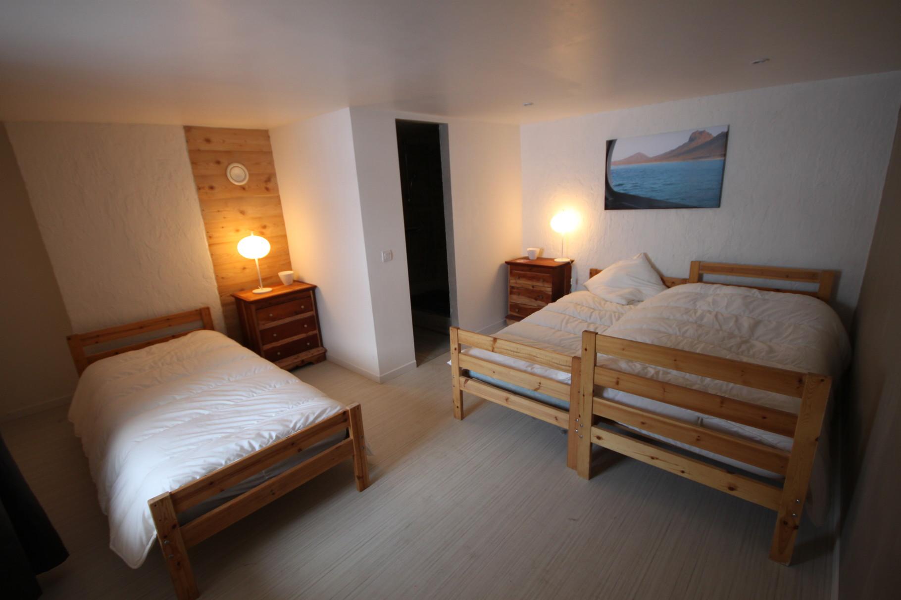 """Chambre """"Cap vert"""", 3 lits simples, SDB"""