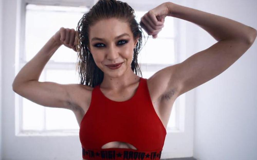 Supermodel Gigi Hadid mit Achselbehaarung in einem Modevideo im Jahr 2017